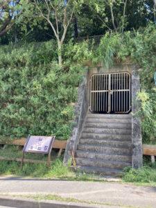 巌司令部壕の案内板と坑口